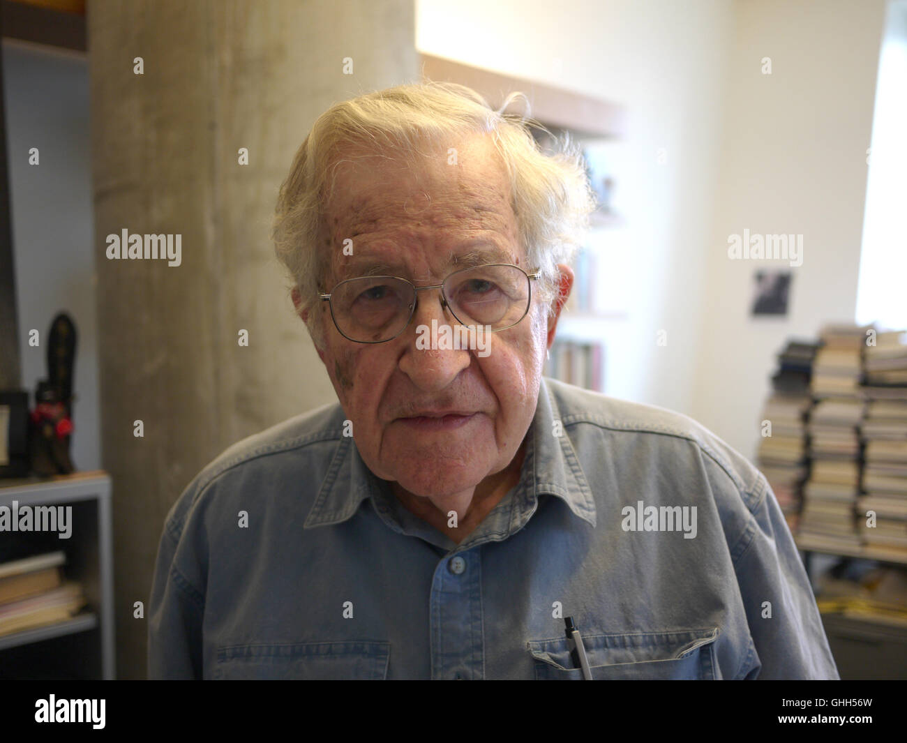Cambridge, US. 9th Sep, 2016. Philosopher and linguist Noam Chomsky standing in his office at the Massachusetts - Stock Image