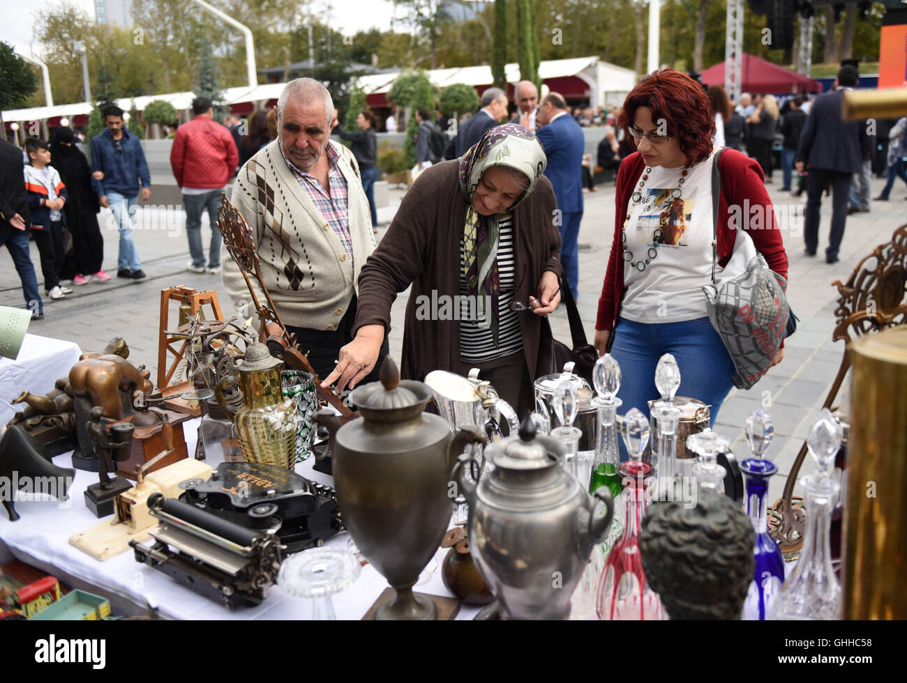 (160928) -- ISTANBUL, Sept. 28, 2016(Xinhua) -- Tourists watch antiques at Taksim square in Istanbul, Turkey, Sept. - Stock Image