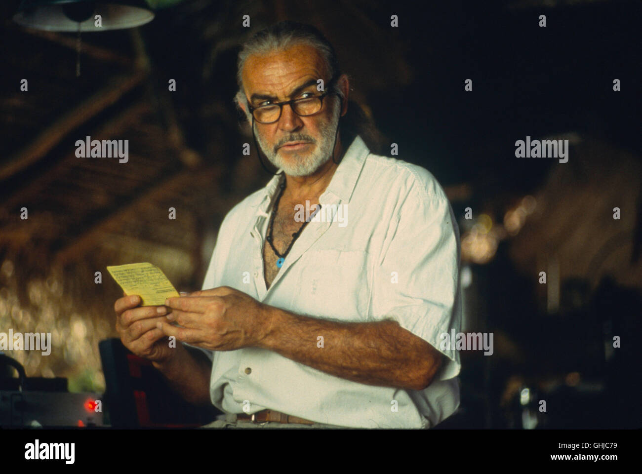 SEAN CONNERY (Dr. Robert Campbell) working on a research project in the Amazon jungle. Regie: John McTiernan aka. - Stock Image
