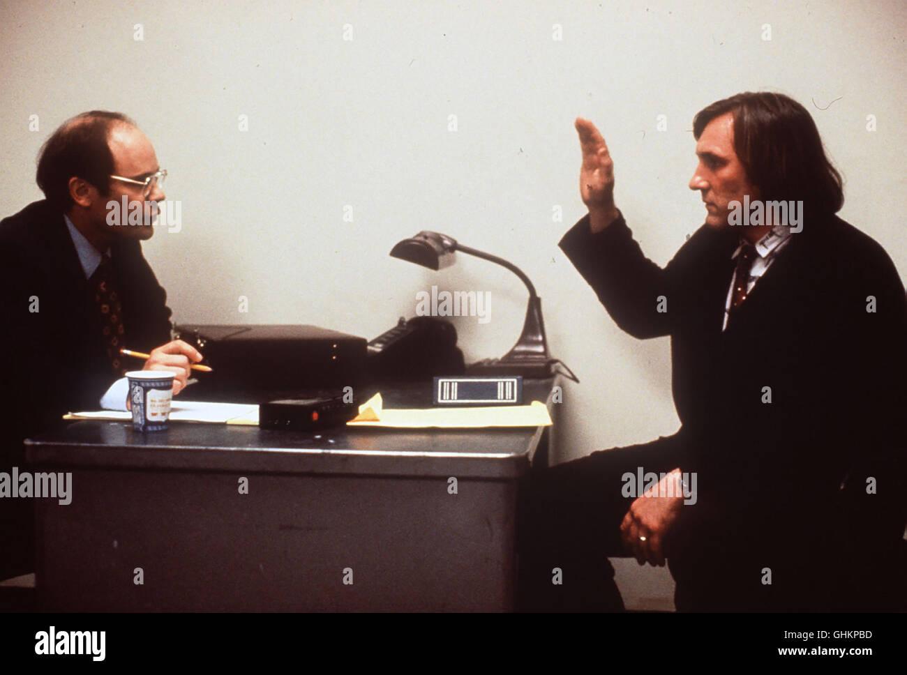 Der Einwanderungsbeamte Gorsky (ETHAN PHILLIPS) ist bei George«s (GERARD DEPARDIEU) Befragung sehr mißtrauisch. - Stock Image