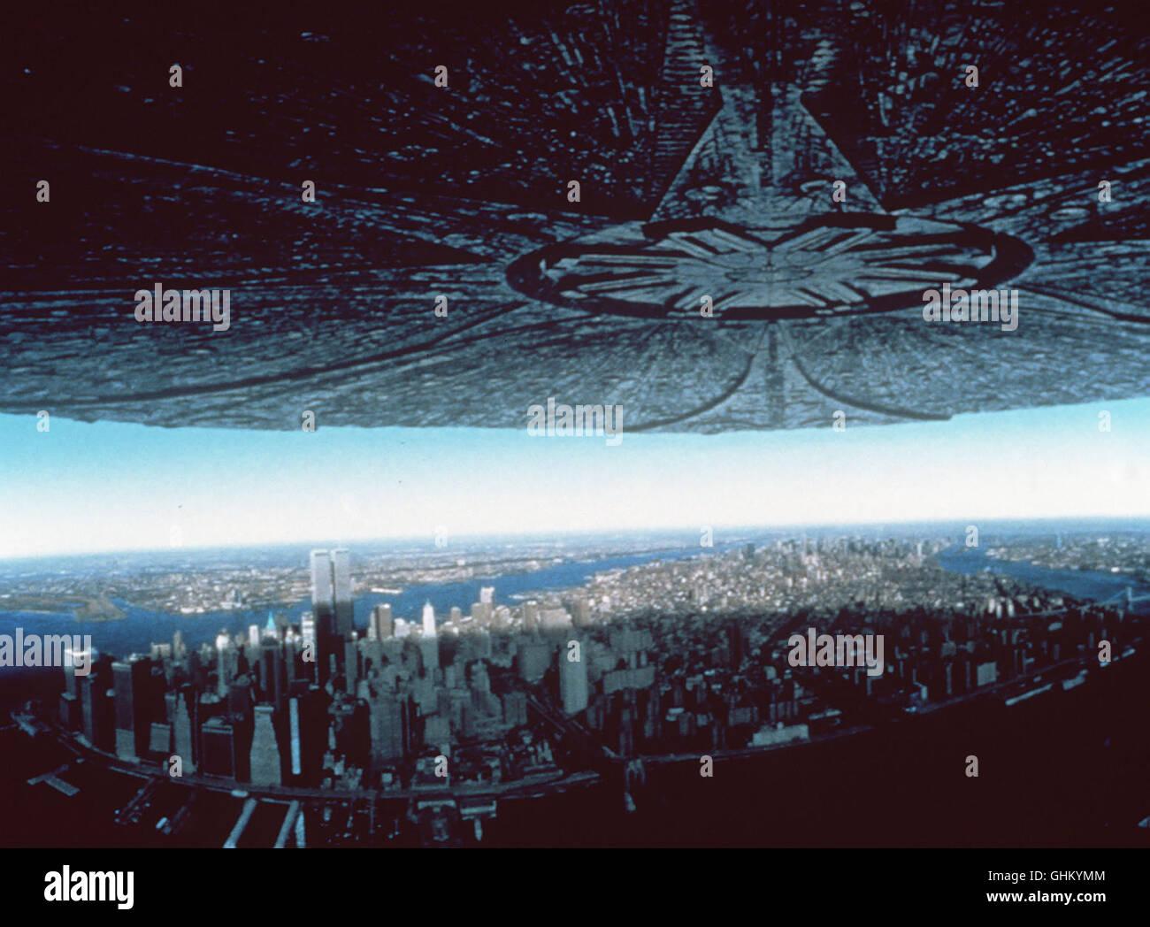 Ein riesiges UFO kommt der Erde immer näher. Nach einiger Zeit des Abwartens wird klar, die Aliens haben eine - Stock Image