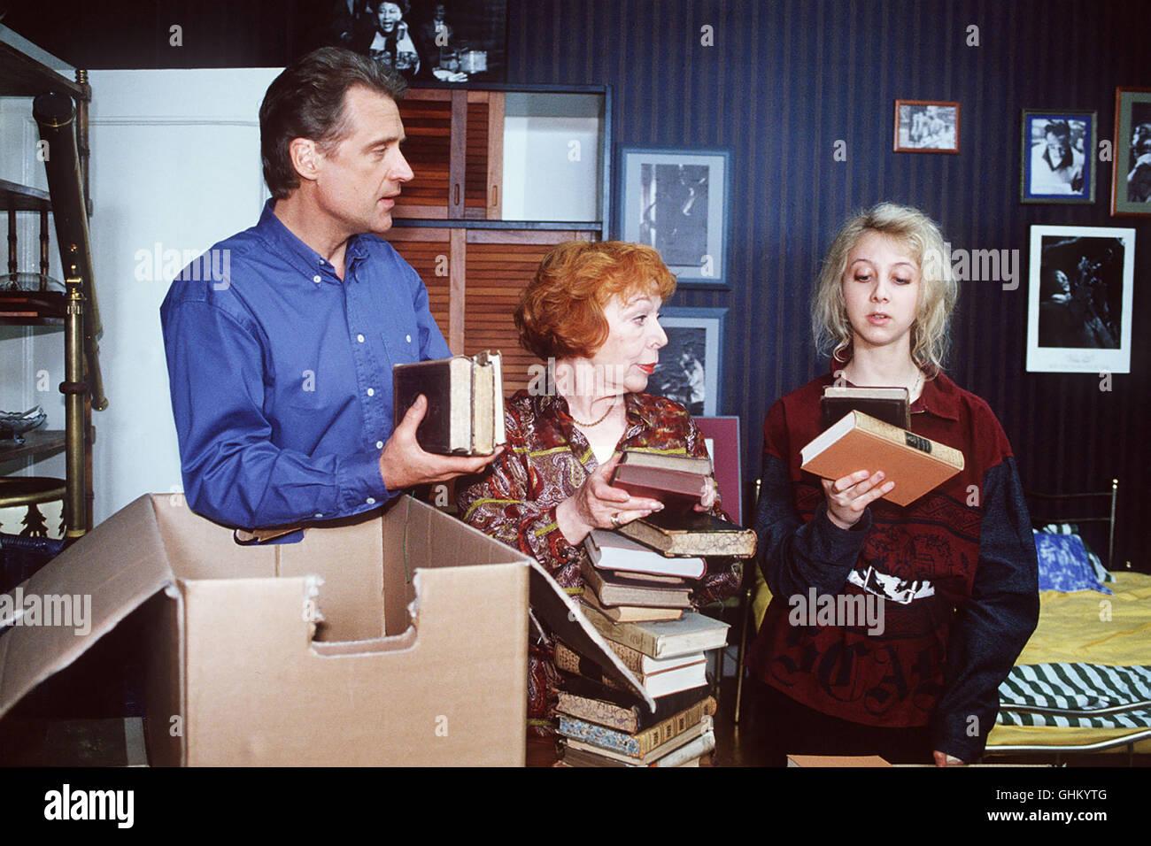 Folge: Katzenjammer Dr. Specht (ROBERT ATZORN) zieht um in die große Wohnung, die Pia Kleinholz (GISELA TROWE, - Stock Image