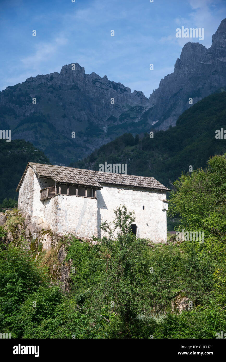 Traditional Ottoman period defensive house now the local Ethnographic Museum at Theth, with the Albanian Alps in - Stock Image