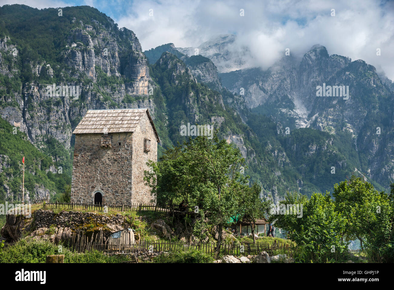 The Kulla, lock-in tower at Theth, with the Albanian Alps in the background, Northern Albania. - Stock Image