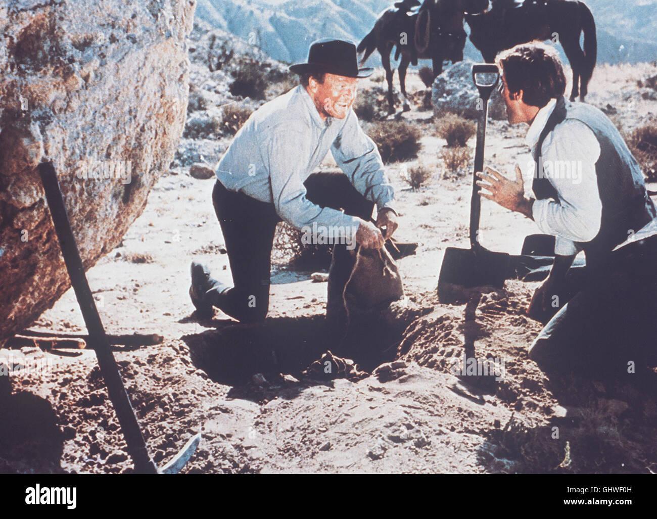 DAS GOLD VON SAM COOPER- Der alte Goldsucher Sam Cooper (VAN HEFLIN) stößt in der Sierra Nevada endlich - Stock Image