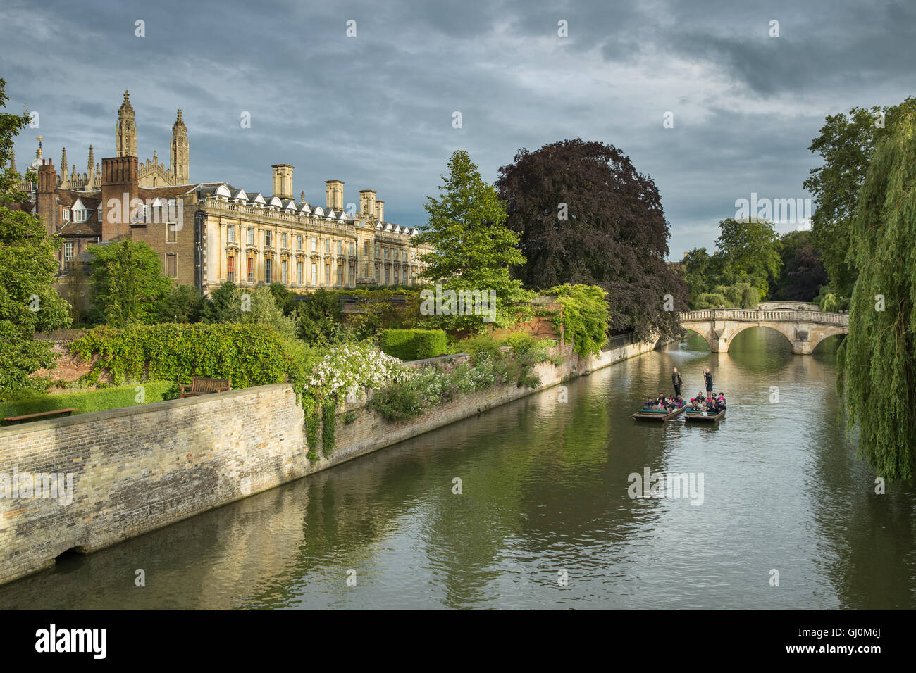 punters on the River Cam pass Clare College, Cambridge, England - Stock Image