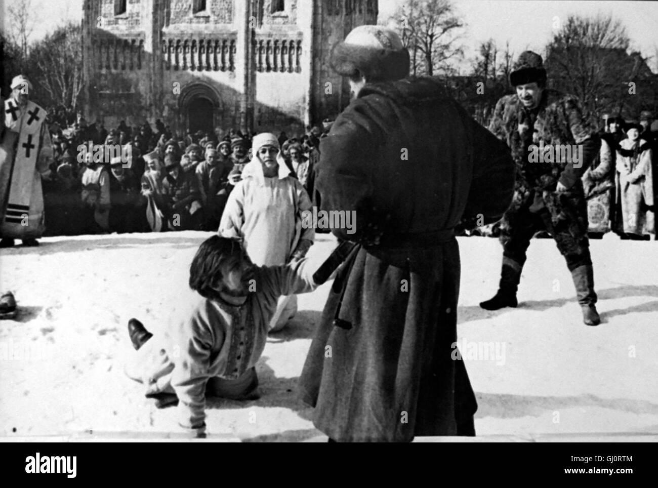 ANDREJ RUBLJOW- Rußland, im Jahre 1400. Als der Mönch und Maler Andrej Rubljow (Anatolij Solonizyn,liegend) mit Stock Photo