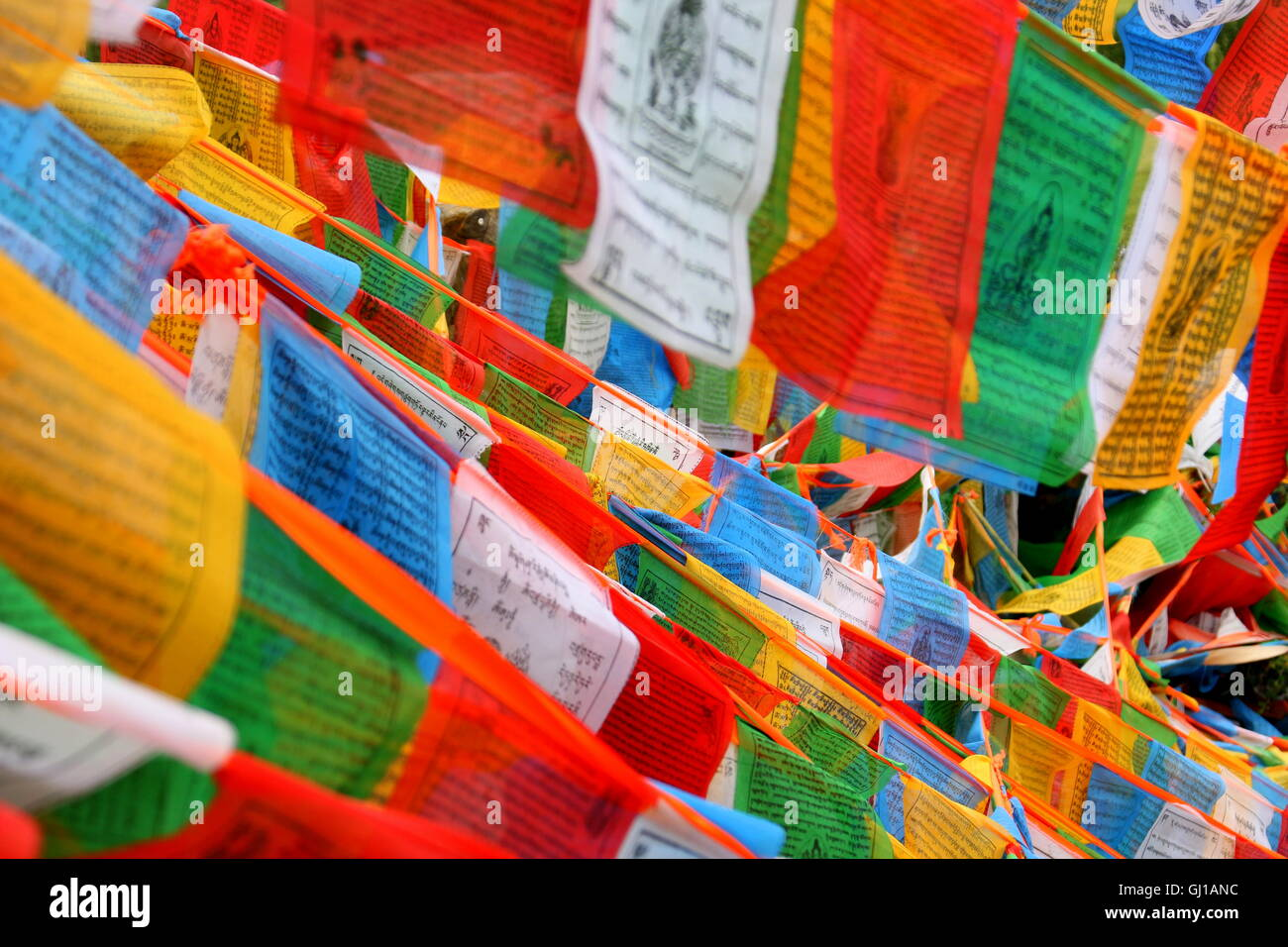Colorful prayerflags in the mountains of Tibet. - Stock Image