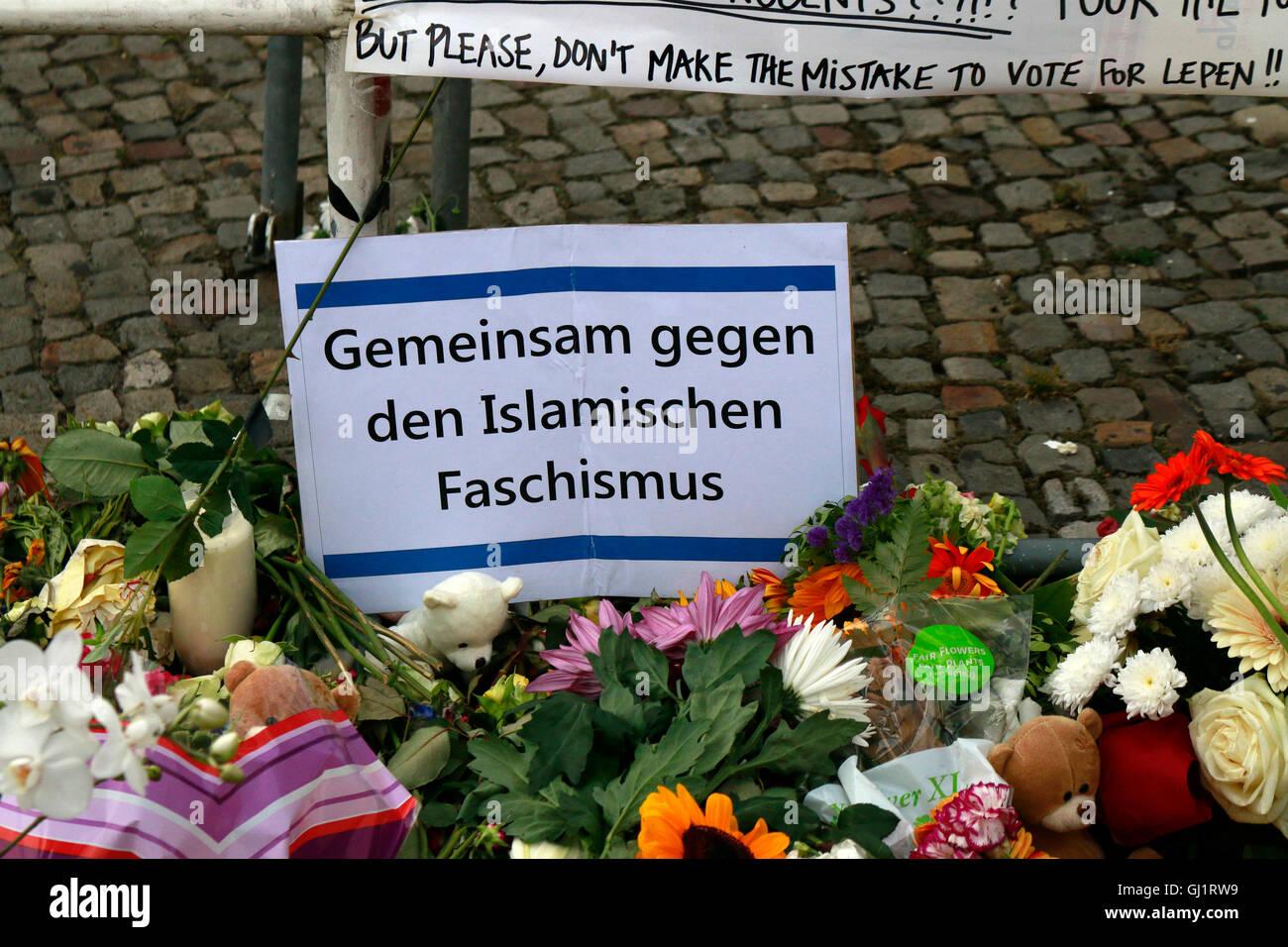 """""""Gemeinsam gegen den islamischen Faschismus"""" - Trauer- und Solidaritaetsbekundungen vor der franzoesischen Botschaft Stock Photo"""