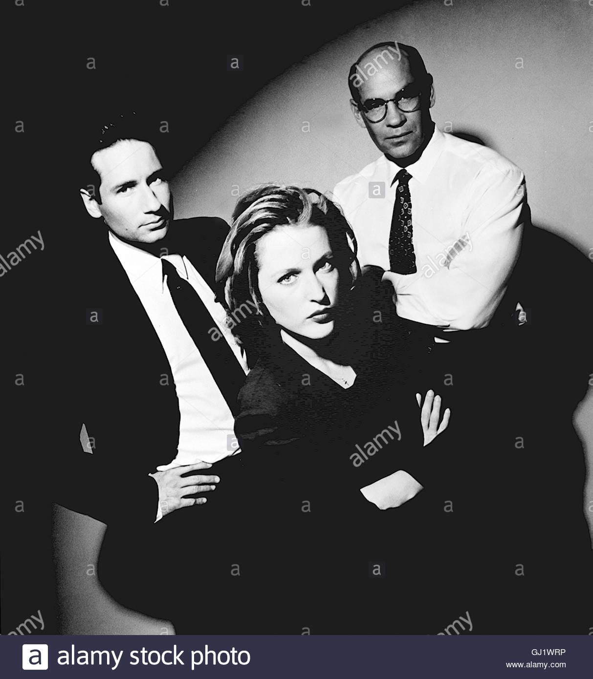 AKTE X - DIE UNHEIMLICHEN FÄLLE DES FBI- Mulder und Scully untersuchen nach einem Bombenanschlag eine Krypta, - Stock Image