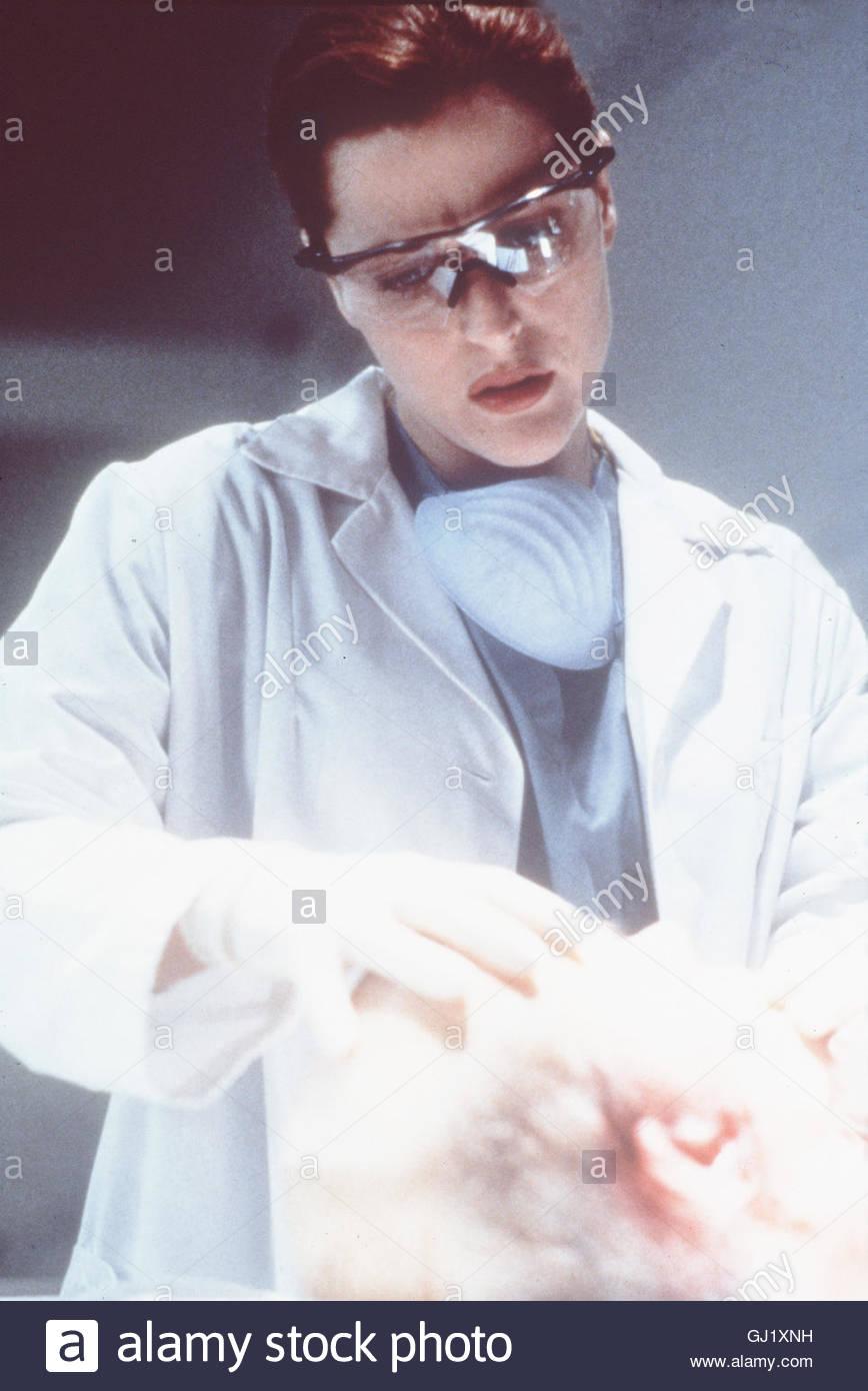 AKTE X - DIE UNHEIMLICHEN FÄLLE DES FBI- Dem Möbelladenbesitzer Gilmore ist der Mund zugewachsen, als - Stock Image
