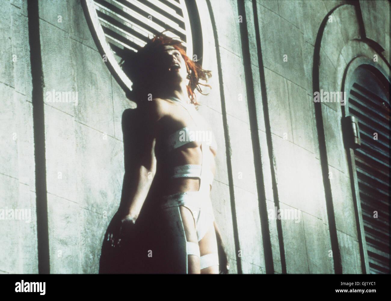 DAS FÜNFTE ELEMENT- MILLA JOVOVICH als Leeloo, der Trägerin des fünften Elementes. Doch um die Erde - Stock Image