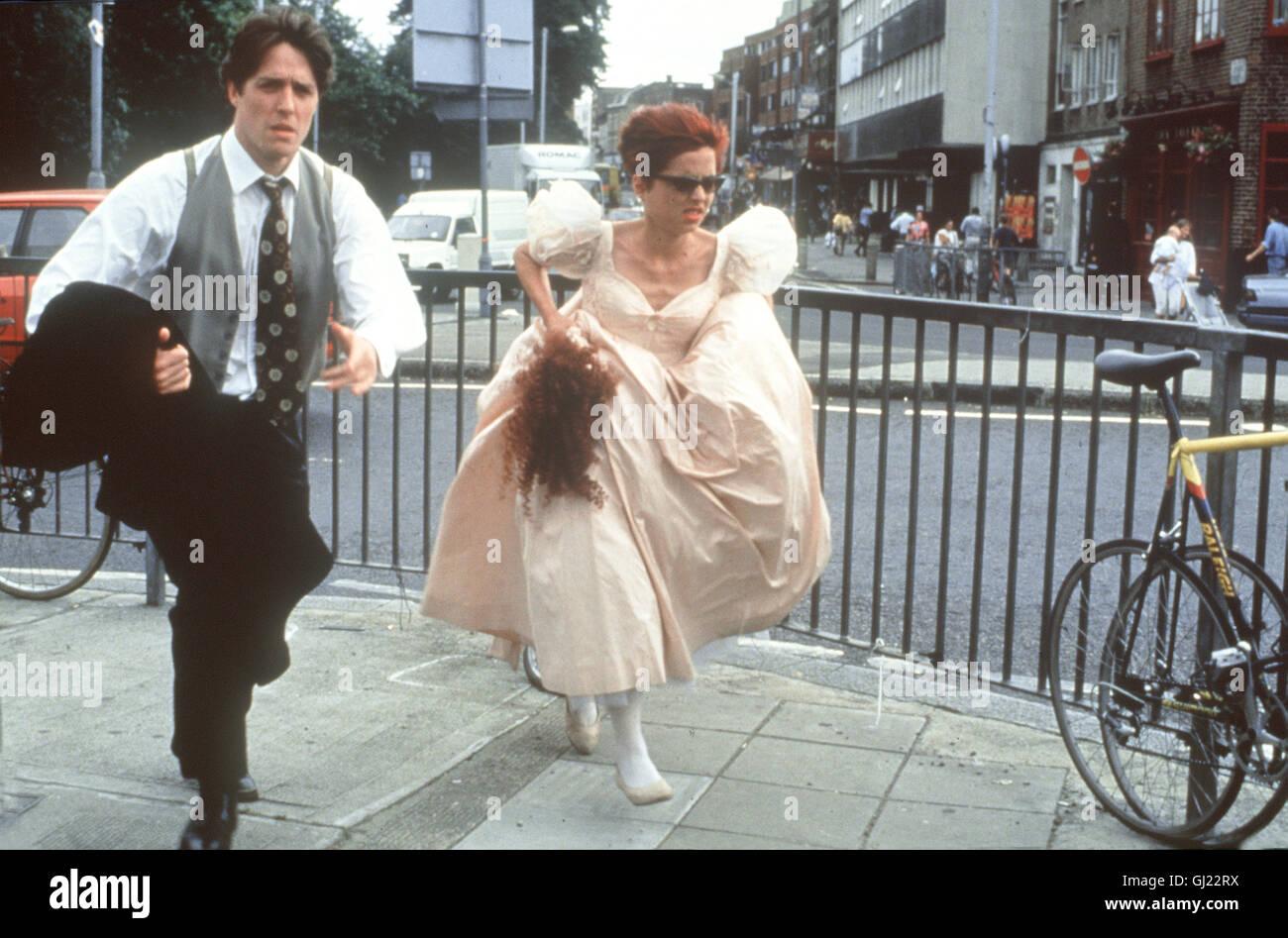 VIER HOCHZEITEN UND EIN TODESFALL Four Weddings and a Funeral Wieder einmal eilen Charles (HUGH GRANT) und Scarlett - Stock Image