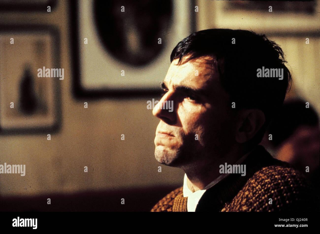 MEIN LINKER FUSS- Der schwerstbehinderte Christy Brown (DANIEL DAY LEWIS) wird erst gefördert, als es ihm gelingt, - Stock Image