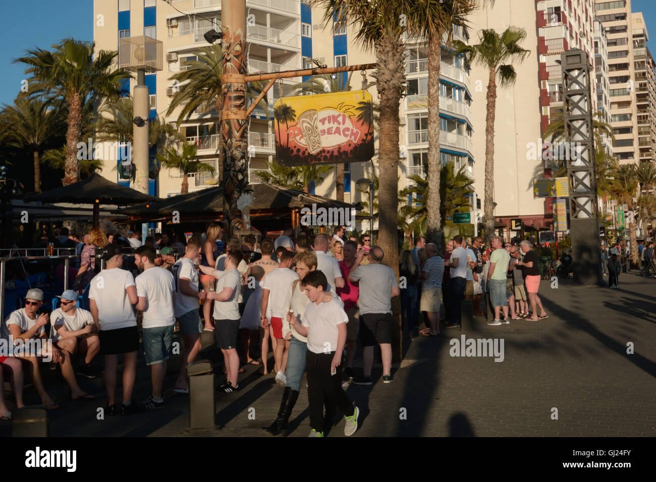 Spain, Benidorm, young tourists drinking outside a bar in Levante beach - Stock Image