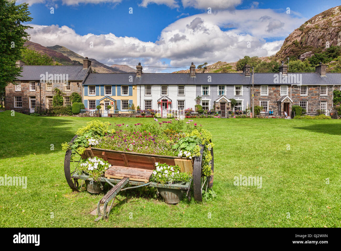 A row of cottages on a village green, Beddgelert, Snowdonia National Park, Gwynedd, Wales, UK - Stock Image