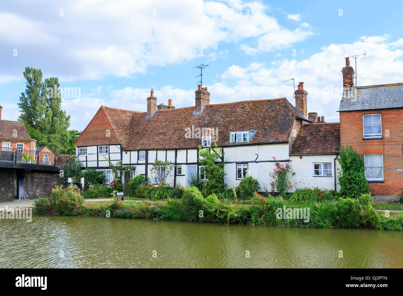 Pretty white timbered cottages on the bank of the Kennet and Avon Canal, Hungerford Wharf, Hungerford, Berkshire - Stock Image