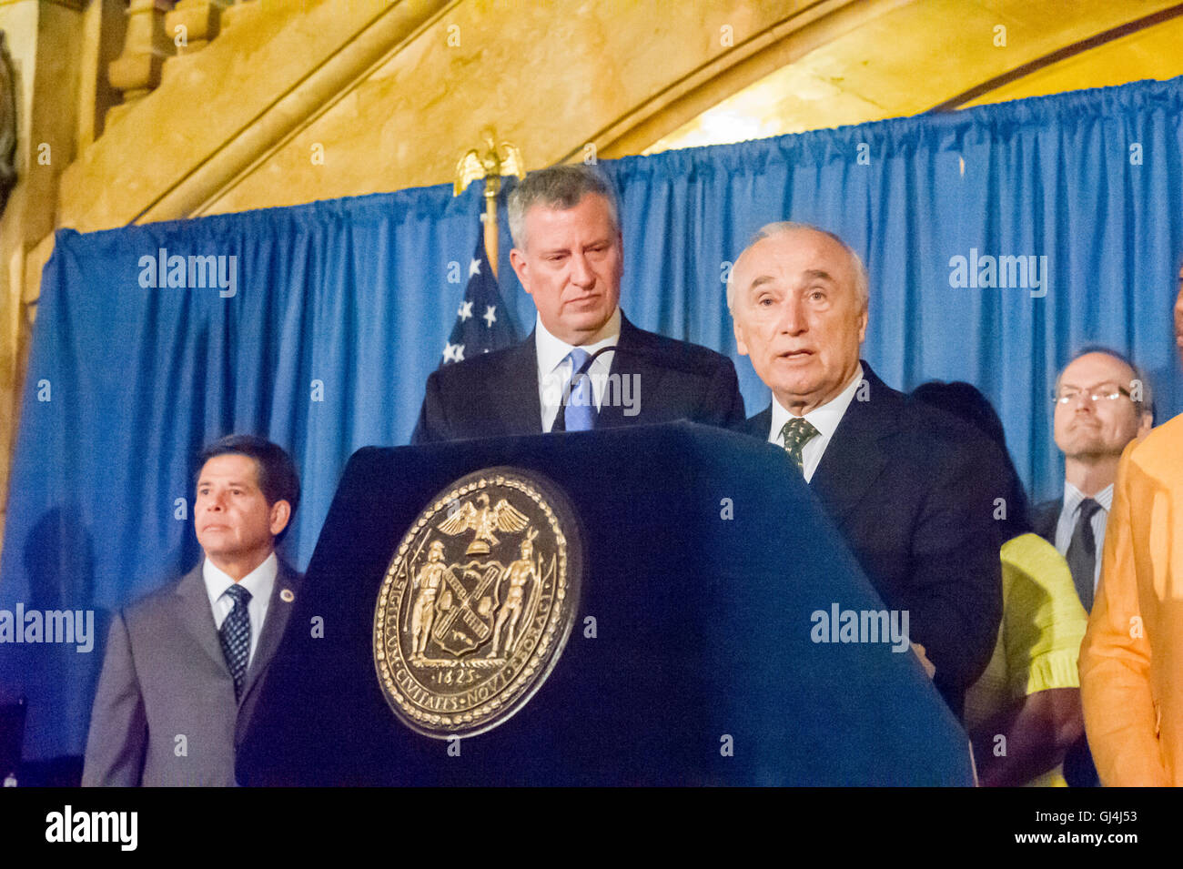 New York Mayor Bill de Blasio, left, and NYPD Commissioner William Bratton at a bill signing related to NYPD reporting - Stock Image