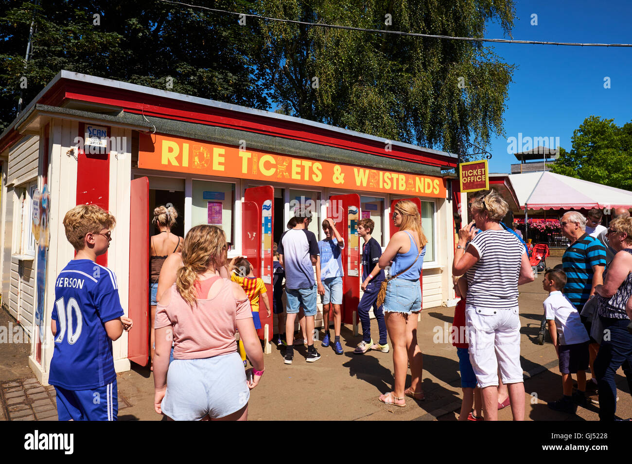 Theme Park Ticket Stock Photos Images Alamy Tiket Wild Life Sydney Anak Queuing For Tickets At A Booth Wicksteed The Second Oldest In Uk