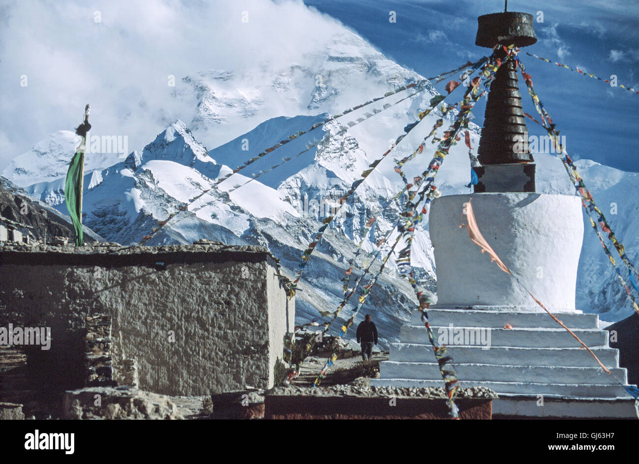 Buddhist  chorten  at  Rongbuk  monastery  with  Mount  Everest  (8,848 metres)  in  the  background  looming  up - Stock Image