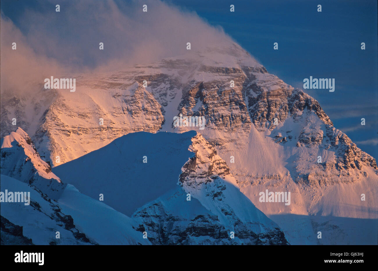 Mount Everest (8,848 metres ) looming up at the end of the valley viewed from Rongbuk Monastery at sunset. The views - Stock Image
