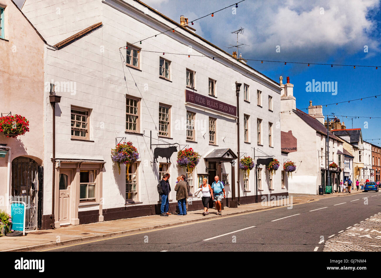Castle Street, Beaumaris, with the Olde Bulls Head Inn, a five star hotel, Anglesey, Wales, UK - Stock Image