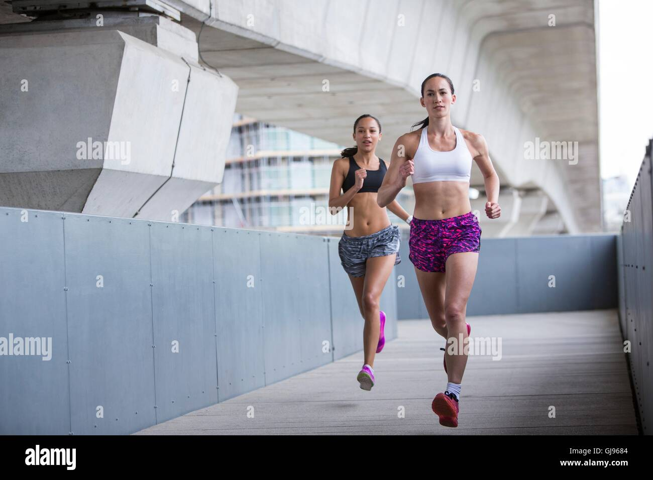 MODEL RELEASED. Two young women racing. - Stock Image