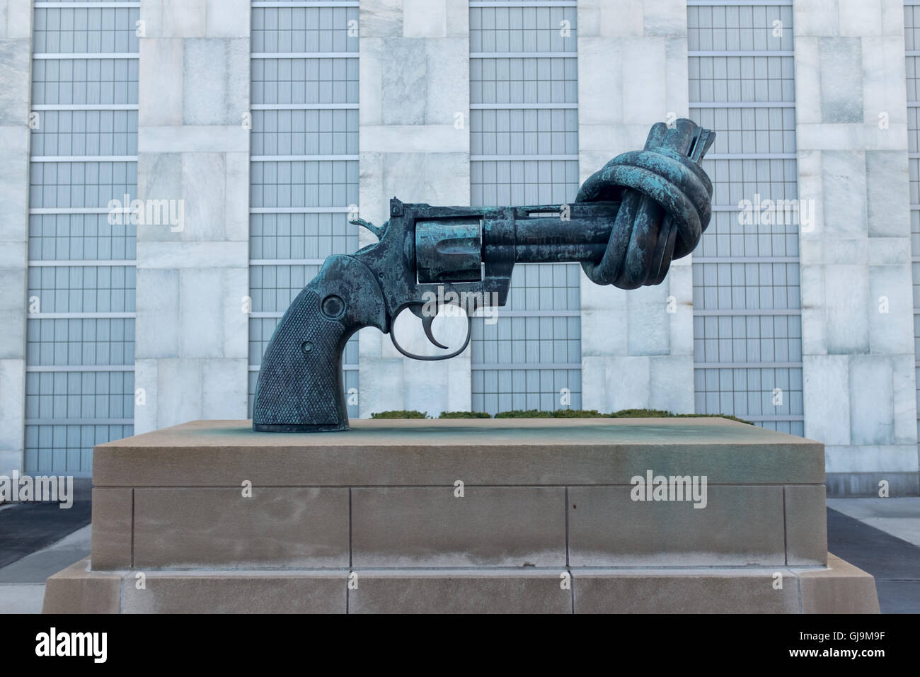 New York City USA United Nations Building. Non-Violence sculpture by Swedish artist Carl Fredrik Reuterswärd. - Stock Image