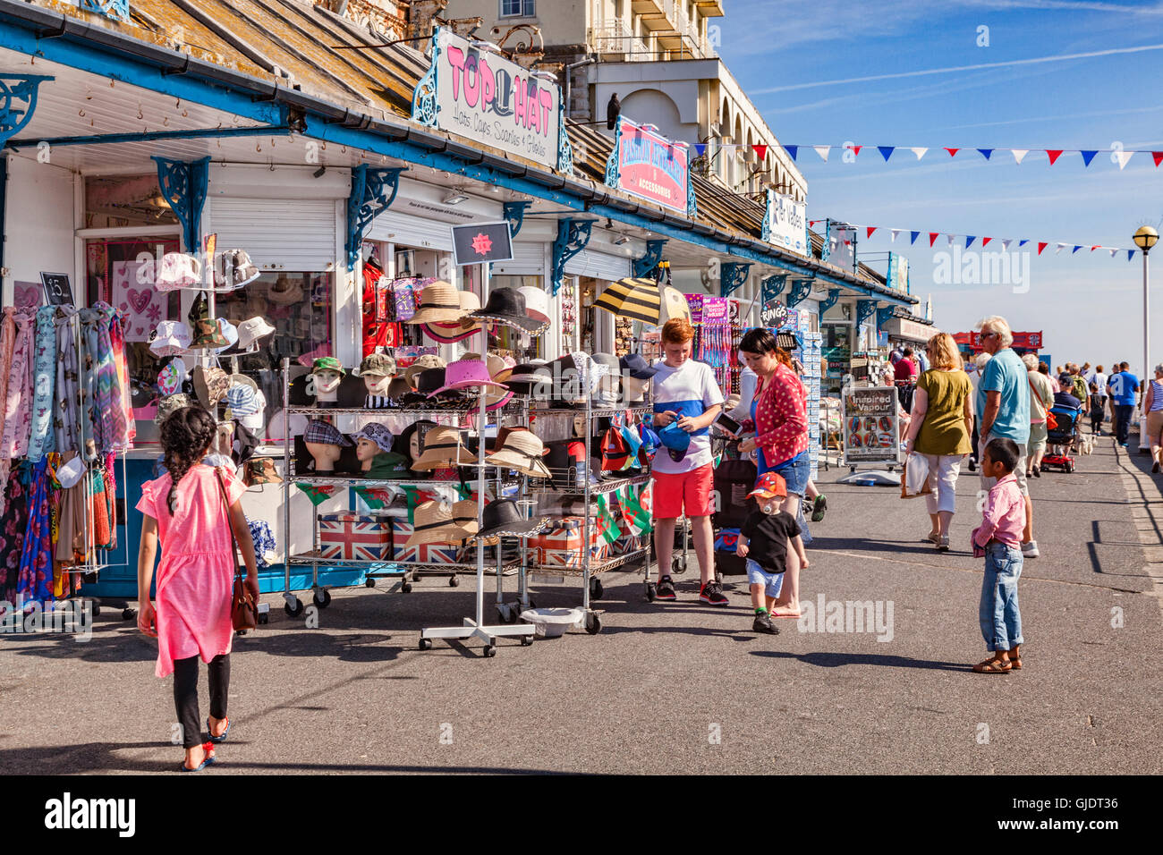 Llandudno, Conwy Wales, UK. 15th Aug, 2016. Summer finally arrives on the North Wales coast, and everyone gets out Stock Photo