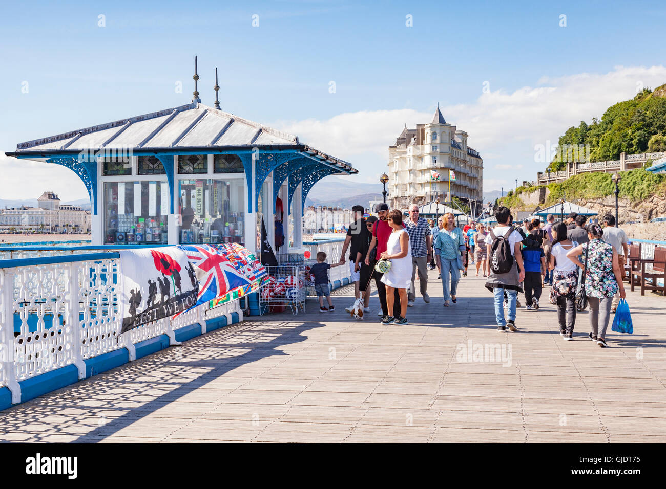 Llandudno, Conwy Wales, UK. 15th Aug, 2016. Summer finally arrives on the North Wales coast, and everyone gets out - Stock Image