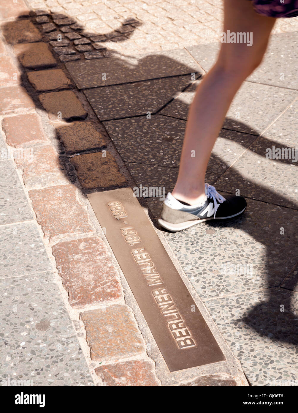 A line of stones and a plaque marking where the Berlin Wall once stood, Berliner Mauer 1961-1989, Bernauerstr, Mitte, - Stock Image