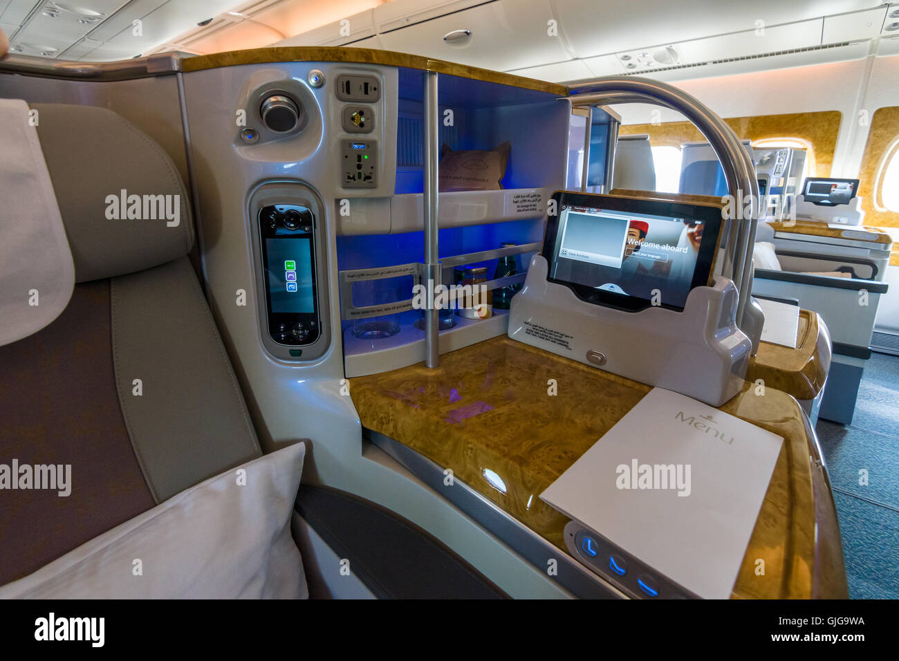 Interior of business class of the world 39 s largest aircraft for Airbus a380 emirates interior