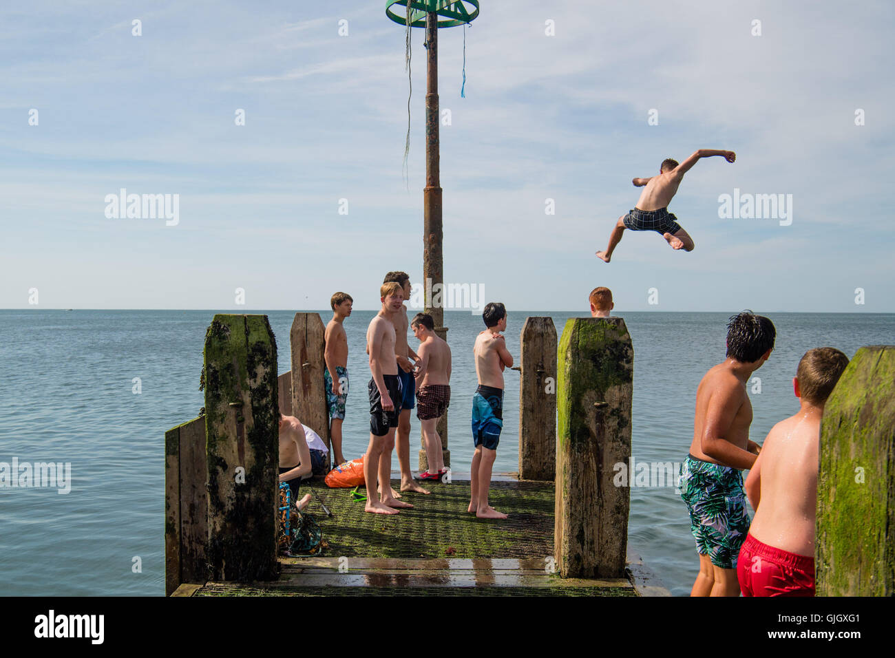 Aberystwyth, Wales, UK. 16th August, 2016. UK Weather: Teenagers on their long summer holidays cool off on a hot Stock Photo
