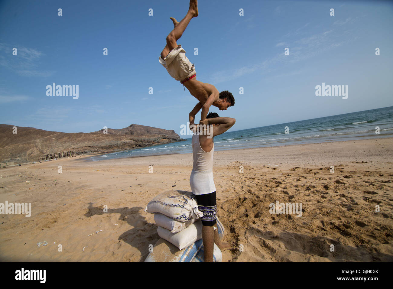 Aden, Yemen. 16th Aug, 2016. The Aden Freerun team practices parkour on Lover's Beach in Aden, Yemen © - Stock Image