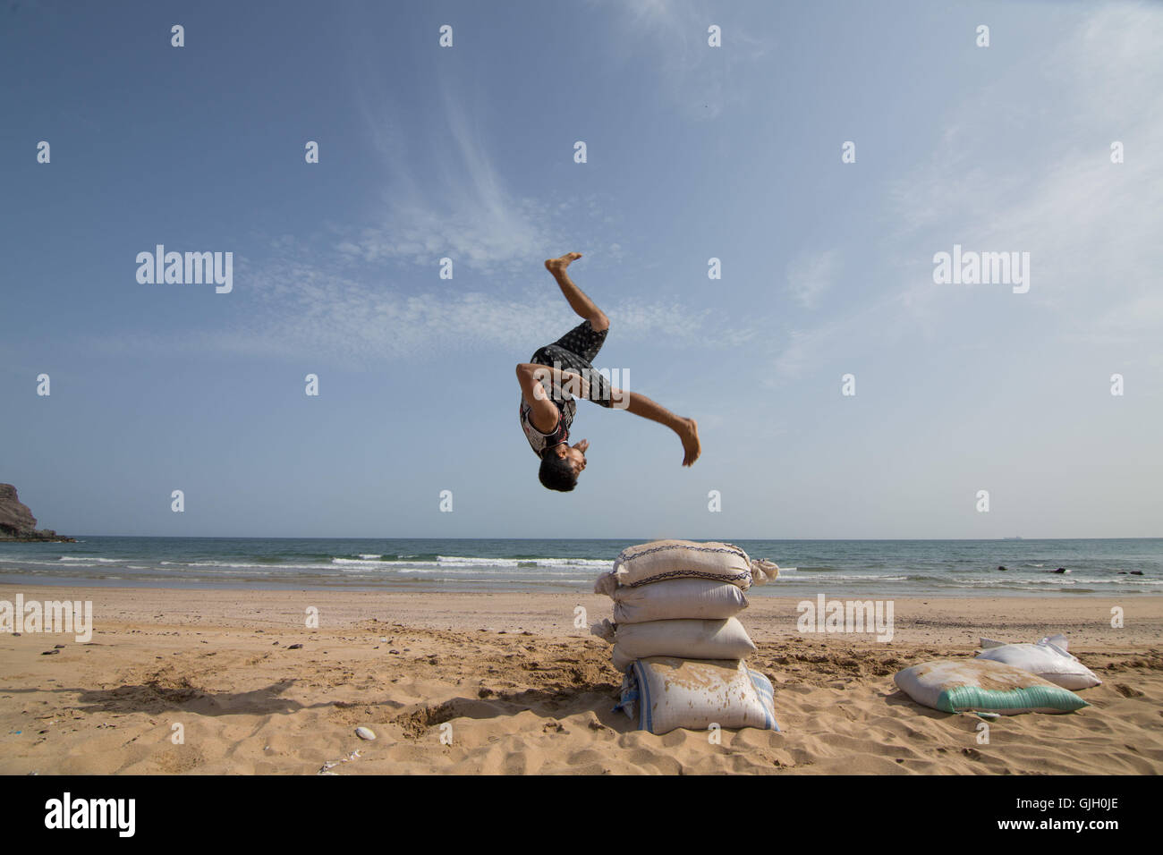 Aden, Yemen. 16th Aug, 2016. MOHAMED SAMY practices parkour on Lover's Beach in Aden, Yemen © Maria De - Stock Image