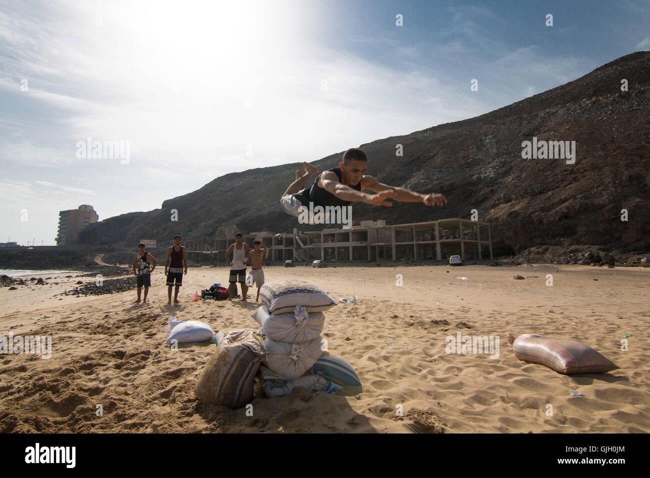 Aden, Yemen. 16th Aug, 2016. The Aden Freerun team practices parkour on Lover's Beach in Aden, Yemen © - Stock Image