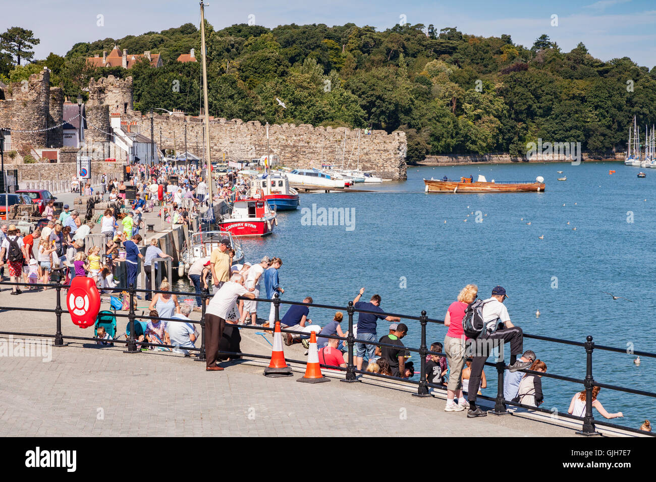 Conwy, North Wales, UK. 17th August 2016. Crowds on the medieval quay at Conwy enjoy the continuing warm weather. - Stock Image