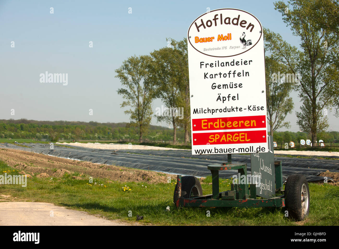 Deutschland, Nordrhein-Westfalen, Kreis Bergheim, Kerpen,  Hofladen Bauer Moll - Stock Image