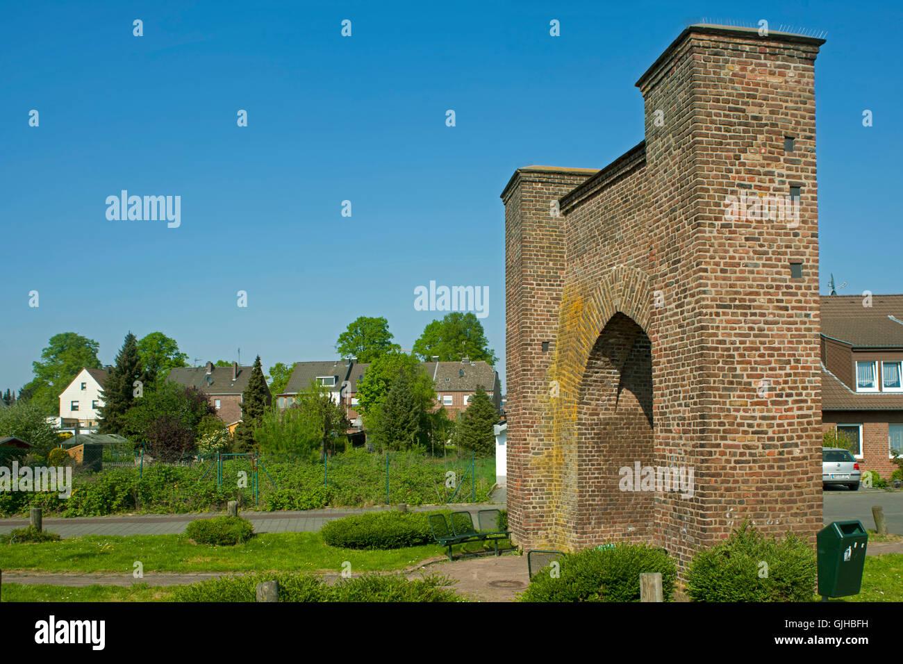 Deutschland, Nordrhein-Westfalen, Rhein-Erft-Kreis, Kerpen-Brüggen, gotischer Torbogen der ehemaligen Burg - Stock Image
