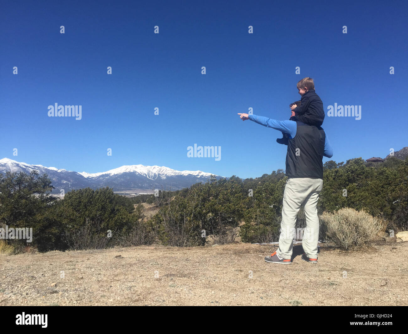 Boy sitting on father's shoulders, Colorado, America, USA - Stock Image