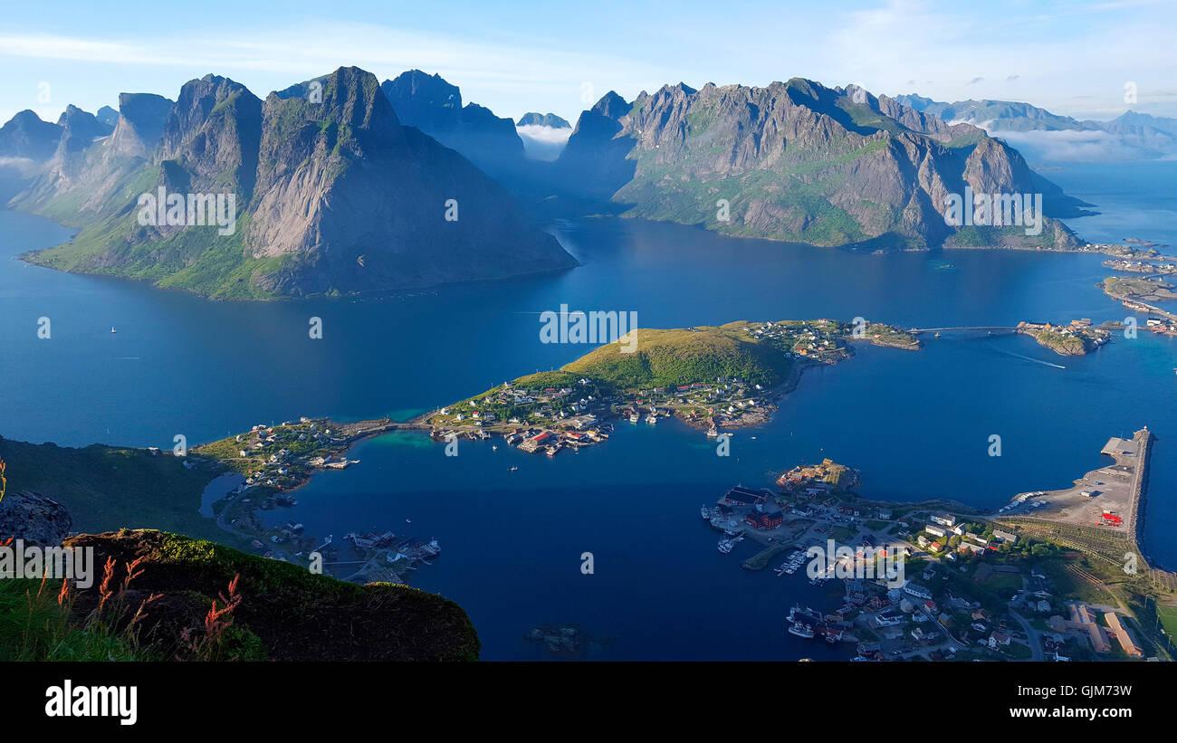 Luftbild: Reine, Reinefjord vom Reinebringen aus gesehen, Lofoten, Norwegen. - Stock Image