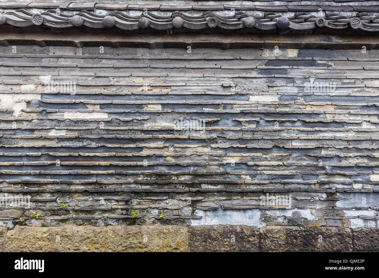 Kannon-ji temple's Tsuji-bei wall, a mud wall built in the Edo era.  It was constructed by alternately pilling - Stock Image