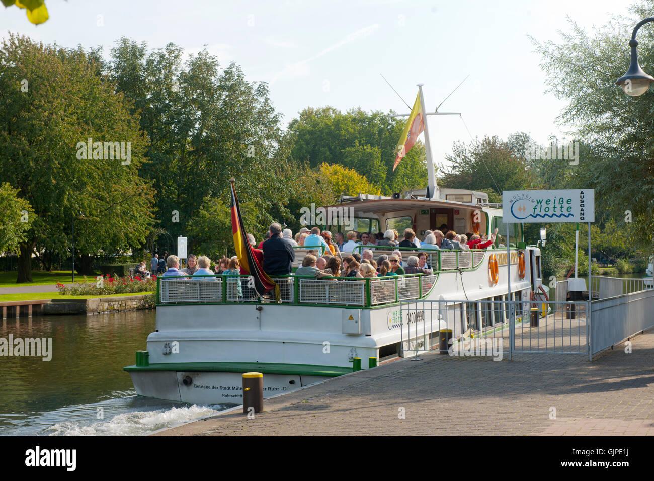 Deutschland, Nordrhein-Westfalen, Mühlheim an der Ruhr, Wasserbahnhof auf der Schleuseninsel, Schiff der Weißen - Stock Image