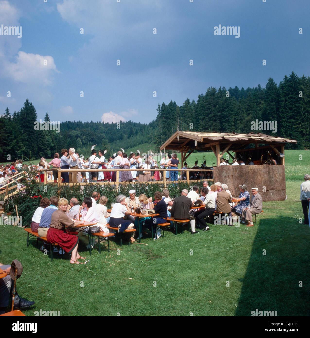 Oberbayern, Landkreis Traunstein, 1980er. Volksfest in der Nähe von Inzell. Volksfestbesucher. Upper Bavaria, - Stock Image