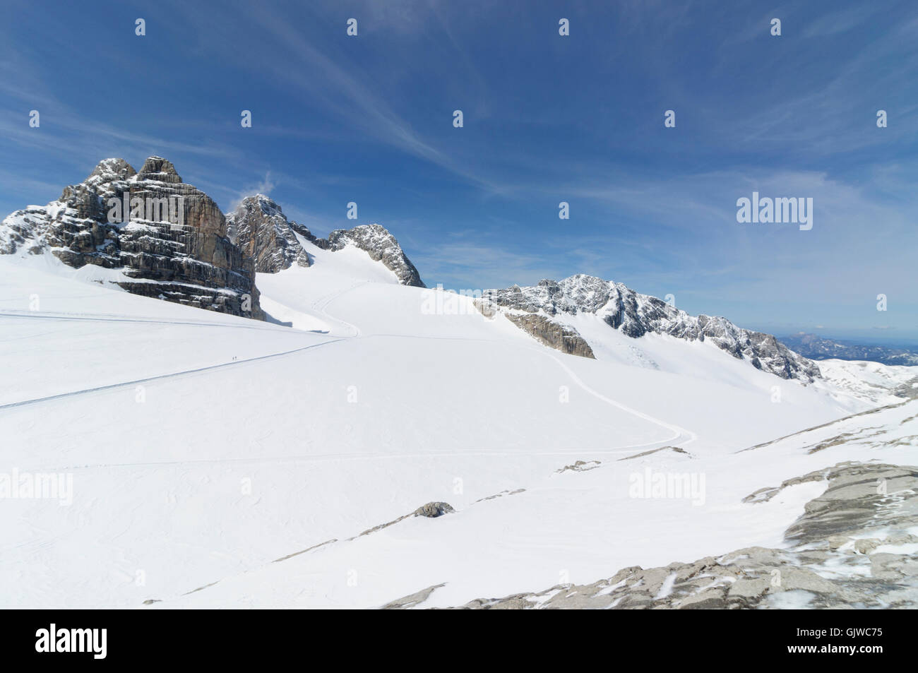 Nationalpark Dachstein: Dirndln (left) and Hoher Dachstein ( center-left ) behind the Hallstatt glacier, Austria, - Stock Image
