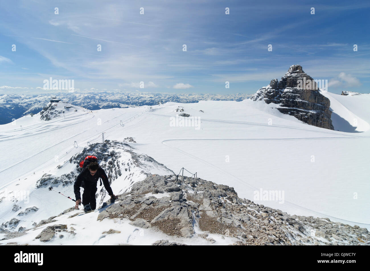 Nationalpark Dachstein: mountaineer Advance to Hoher Gjaidstein , view Hunerkogel (left) and Dirndln ( right) and - Stock Image
