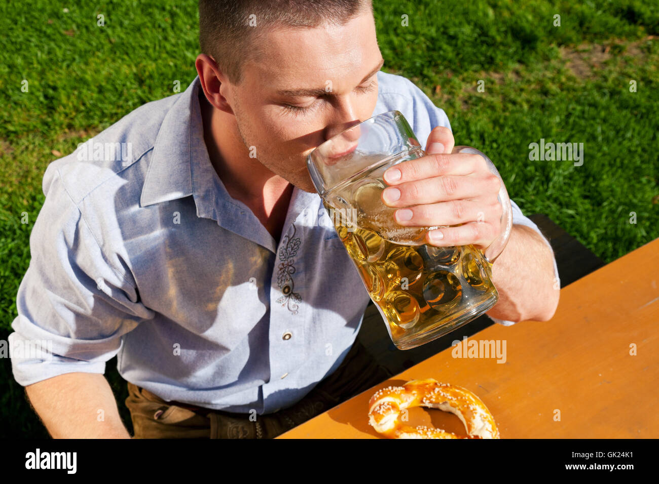 man in lederhosen drinking beer - Stock Image