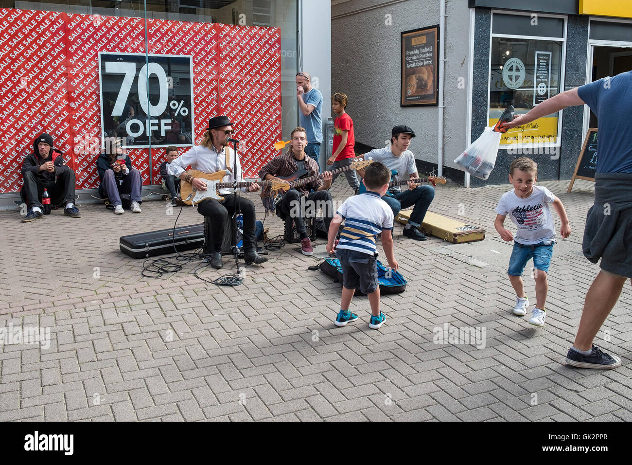 Musicians from the band, The Big Sets entertain holidaymakers in Newquay, Cornwall. - Stock Image