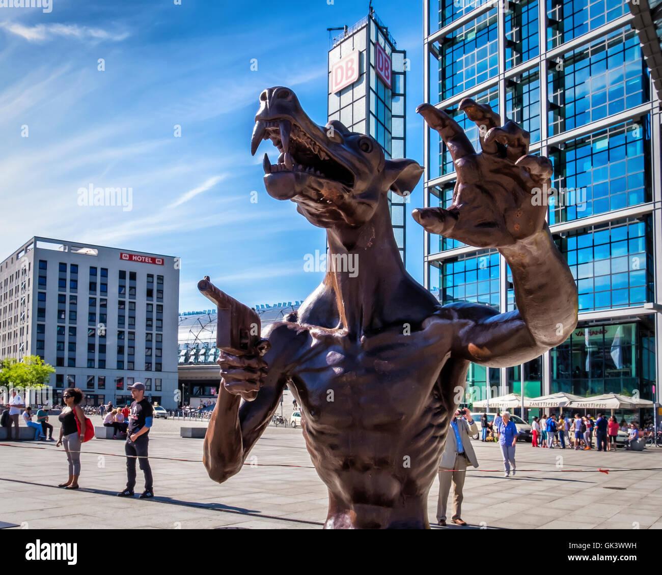 Berlin Haupbahnhof. Artist, Rainer Opolka's artwork, Wölfe sind zurück made up of 66 giant bronze wolves - Stock Image