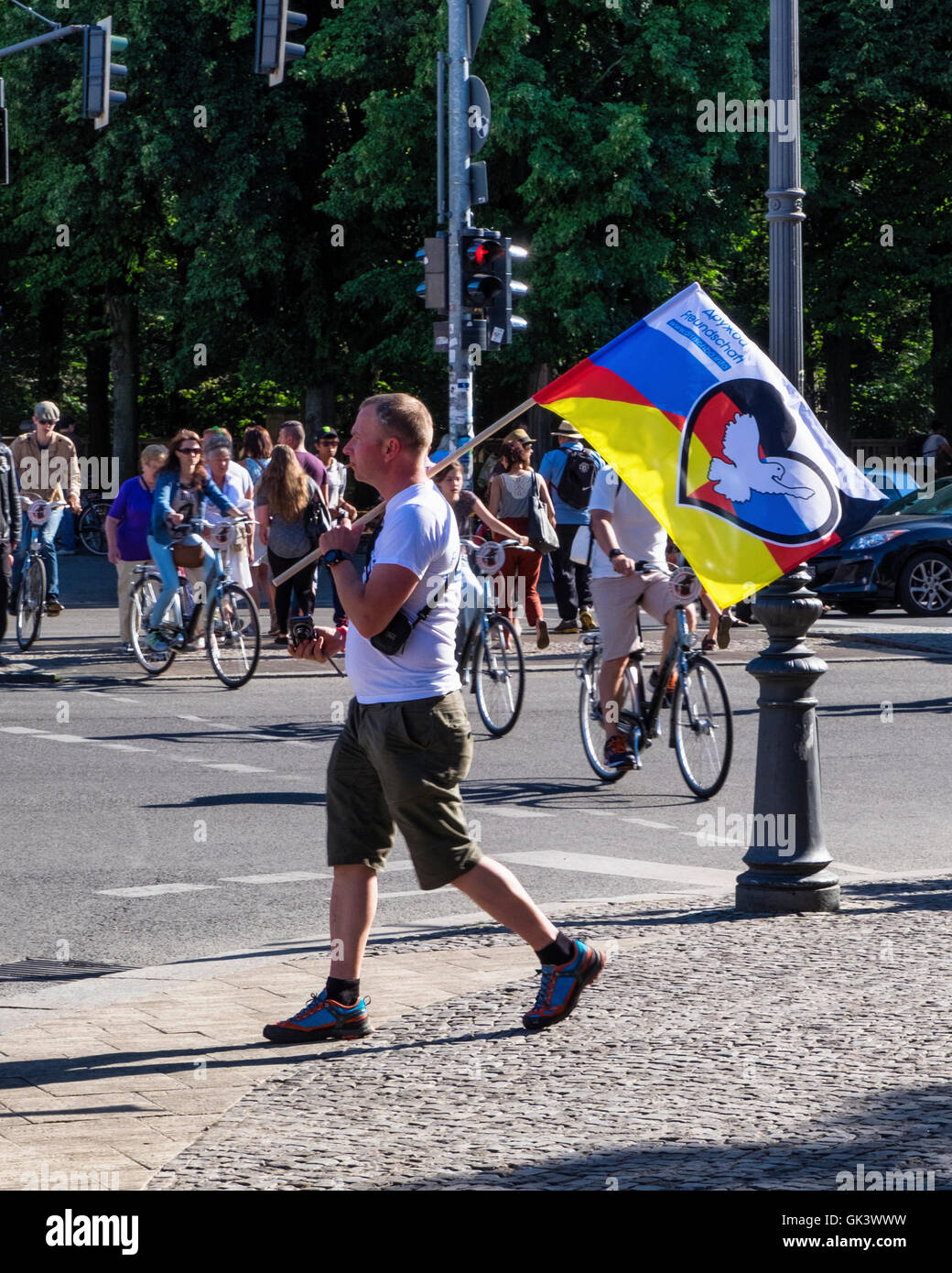 Brandenburger Tor, Berlin, Germany.  Man with flag at the Berlin-Moscow 'Friendship of  People against NATO - Stock Image